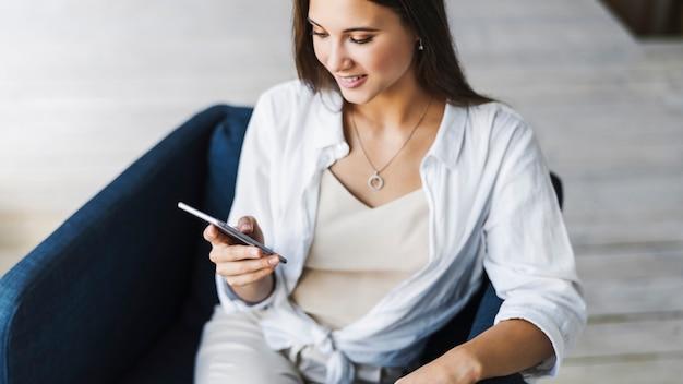 Bella ragazza usa il laptop per lavoro, invia messaggi di testo sui social network, marketing online, telelavoro