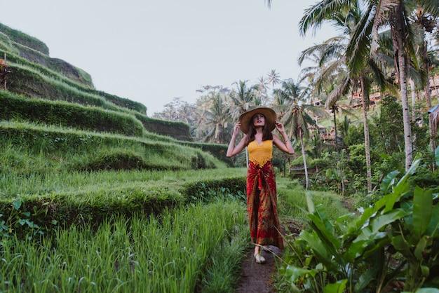 Bella ragazza che visita le risaie di bali in tegalalang, ubud. concetto di persone, voglia di viaggiare e turismo