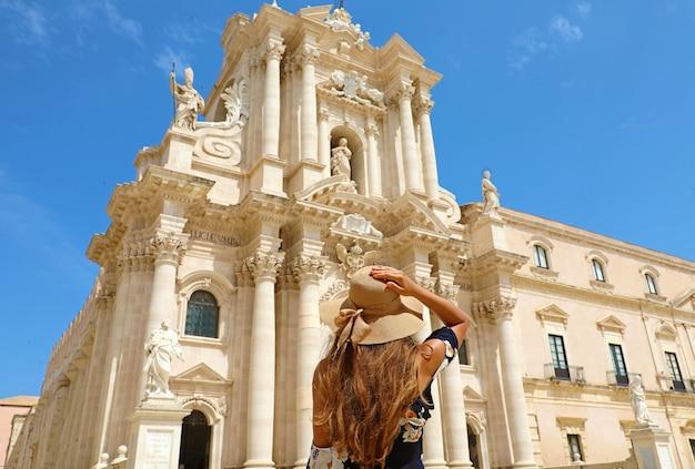 Bella ragazza in visita alla cattedrale di siracusa il giorno pieno di sole