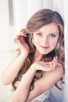 Bella ragazza con grandi occhi azzurri in studio.