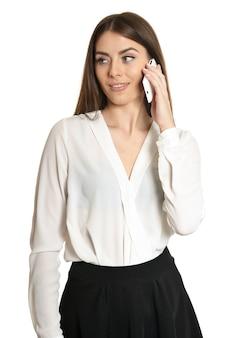 Bella ragazza con il cellulare su sfondo bianco