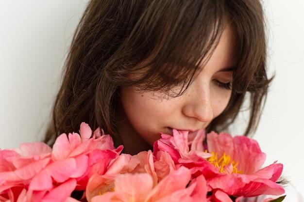 Bella ragazza con peonie rosa da vicino, buon compleanno o san valentino