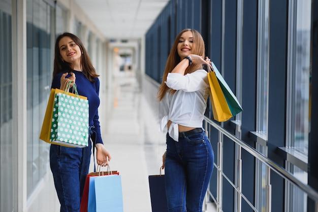 Belle ragazze al centro commerciale