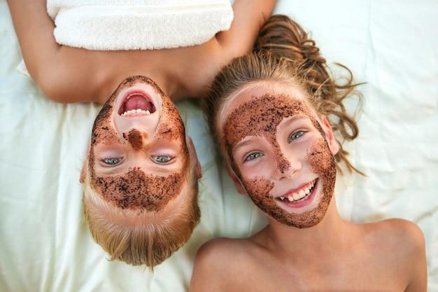 Belle ragazze con macchia di caffè maschera facciale. vista dall'alto.