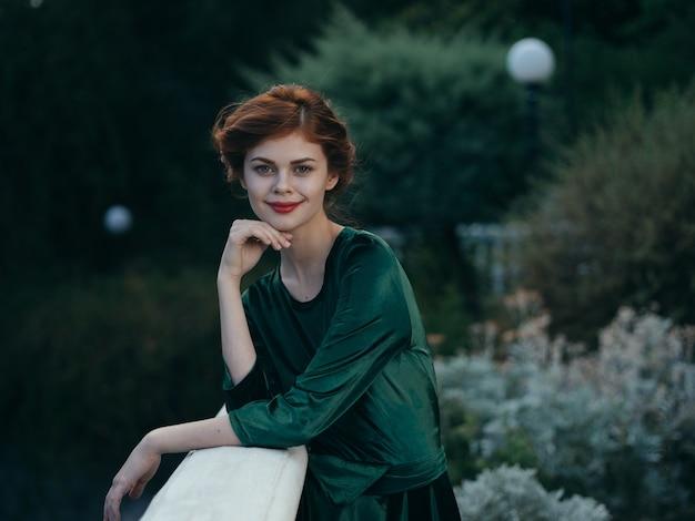 Bella donna glamour all'aperto foglie verdi modello. foto di alta qualità