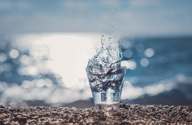 Bellissimo bicchiere con ghiaccio e acqua minerale pura