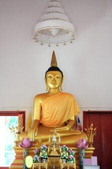 Bella scultura dorata del buddha in tempio, tailandia.