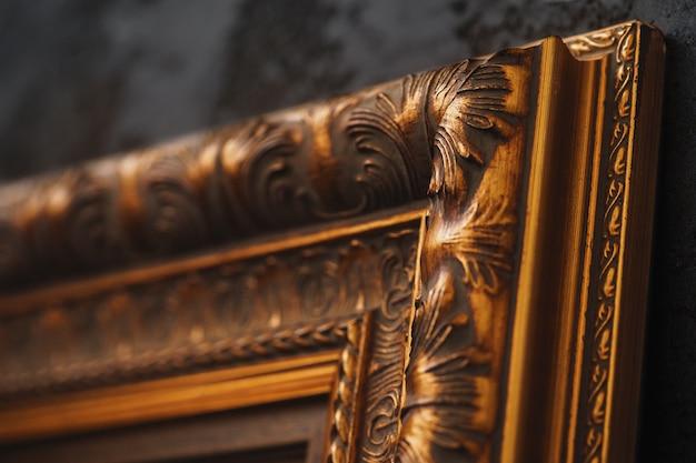 Bella struttura dorata sulla parete nera con la fine del modello su