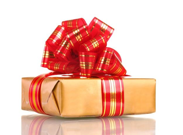 Bellissimo regalo d'oro con nastro rosso isolato su bianco