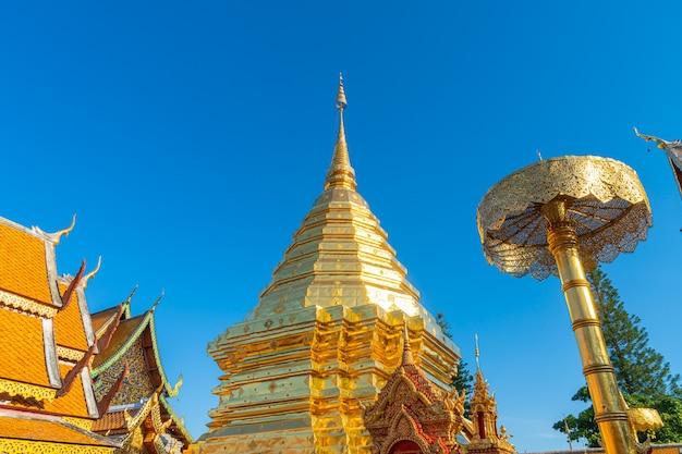 Bellissimo monte d'oro al tempio di wat phra that doi suthep a chiang mai, thailandia.