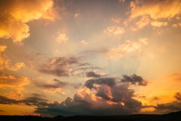 Bellissimo tramonto dorato in montagna