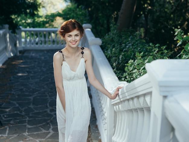 Bella donna greca in abito bianco nella principessa mitologia di lusso del parco park
