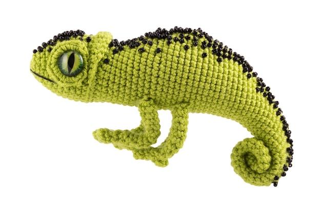 Bello camaleonte lavorato a maglia verde su un bianco