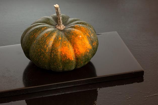 Bella zucca matura verde e arancione, decorazione per il ringraziamento