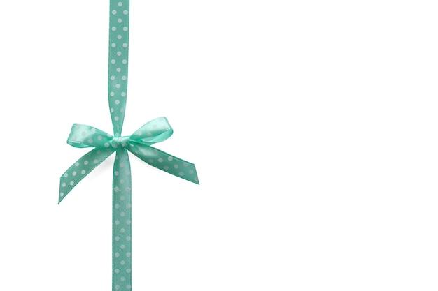 Bellissimo nastro verde con fiocco su bianco