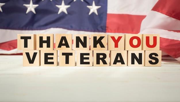 Bellissimo biglietto di auguri il giorno dei veterani. vista dall'alto, primo piano, sfondo isolato