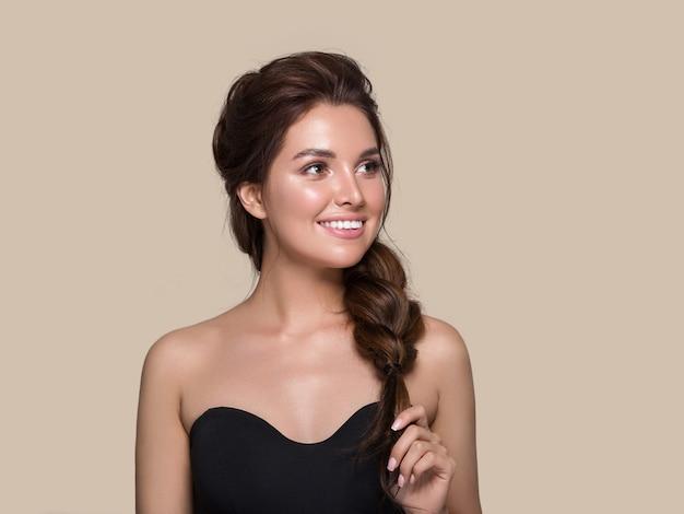 Bella donna capelli ricci acconciatura femminile. colore di sfondo. marrone