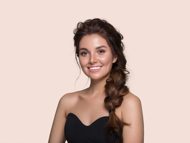 Bella donna capelli ricci acconciatura femminile. colore di sfondo. rosa