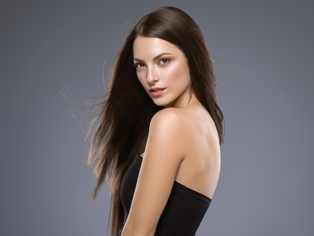La pelle di beuty dei capelli lunghi del brunette della bella donna dei capelli compone. colpo dello studio.