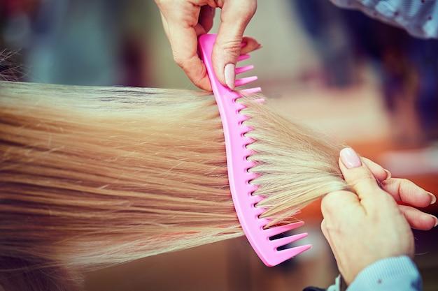Bella acconciatura di donna dopo aver tinto i capelli e aver messo in evidenza nel parrucchiere.