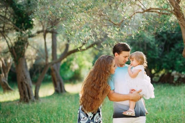 Bella famiglia felice nell'oliveto in montenegro.