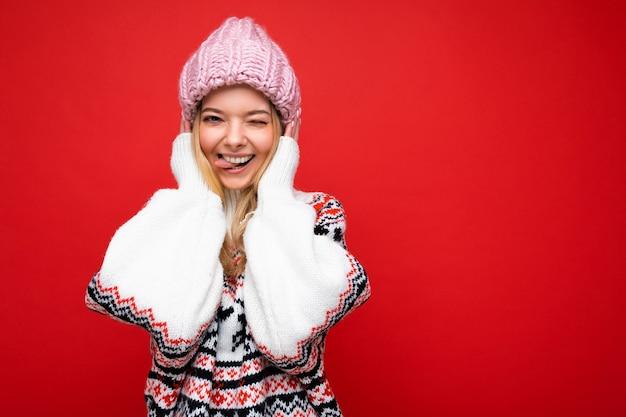 Bella felice divertente gioiosa giovane donna bionda isolata su red