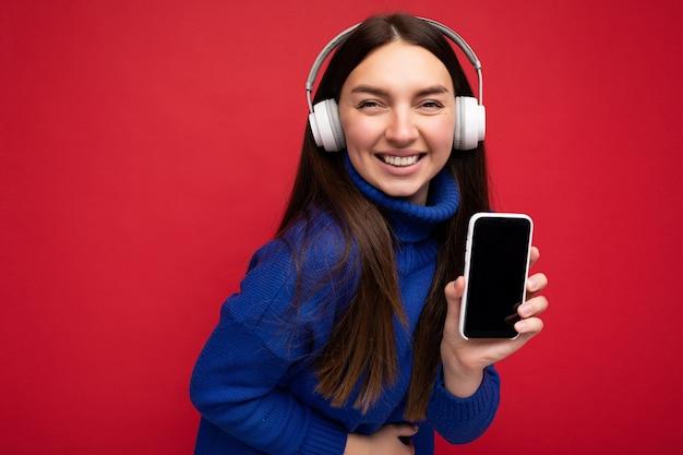 Bella giovane donna sorridente felice che porta vestito casuale alla moda isolato