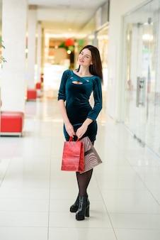 Donna bella e felice che fa shopping nel centro commerciale