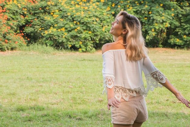 Bella donna felice che ride e si diverte nel parco