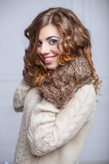 Bella donna felice con un sorriso affascinante in abiti invernali.
