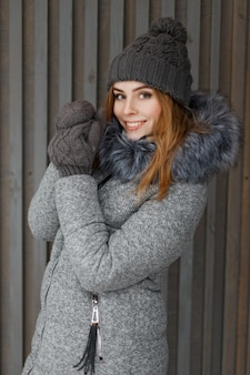 Bella donna felice con un sorriso in abiti invernali vintage
