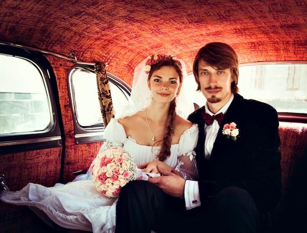 Bella felice giovane sposa e lo sposo