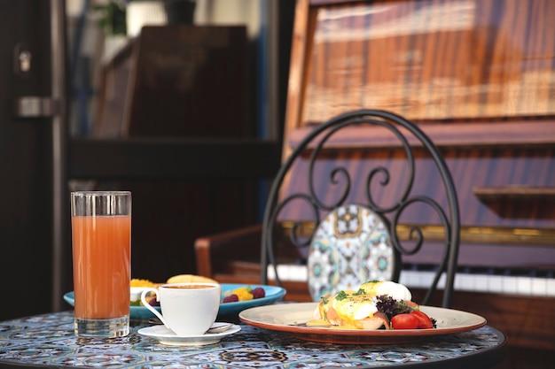 Bella colazione sana in un ristorante per due