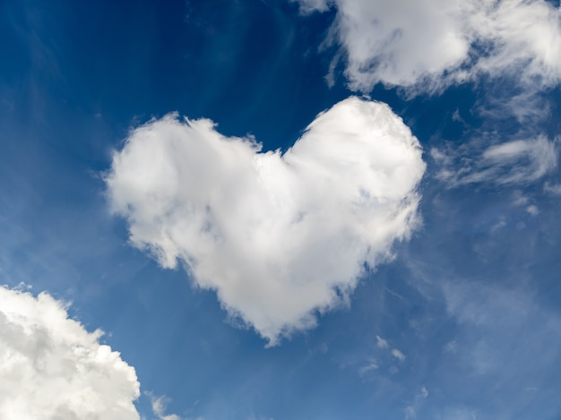 Bella nuvola a forma di cuore contro il cielo blu
