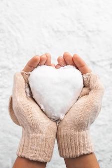 Bella palla di neve a forma di cuore