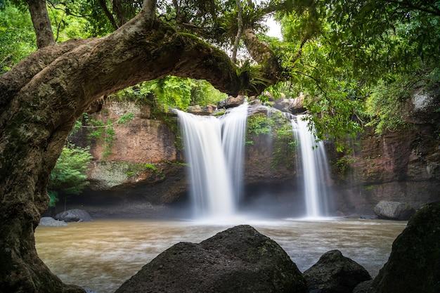 Bella cascata di suwat di heaw nel parco nazionale di khao yai in tailandia
