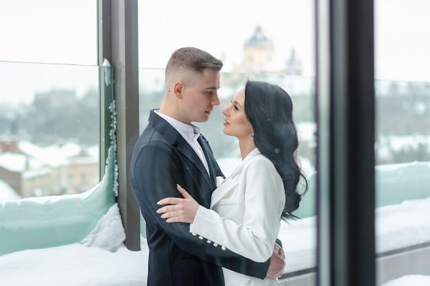Bella coppia eterosessuale che abbraccia fuori in inverno