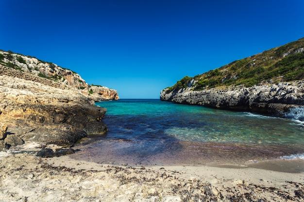 Bella spiaggia sabbiosa nascosta con acqua turchese a maiorca, spagna