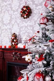 Bella camera decorata con albero di natale. spirito di festa.