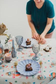 Regolazione della tavola di pasqua bella vacanza