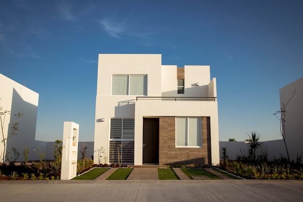 Bella casa con architettura minimalista, giornata di sole