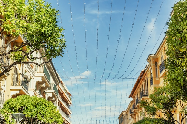 Belle case sfocate contro il cielo azzurro di monte carlo.