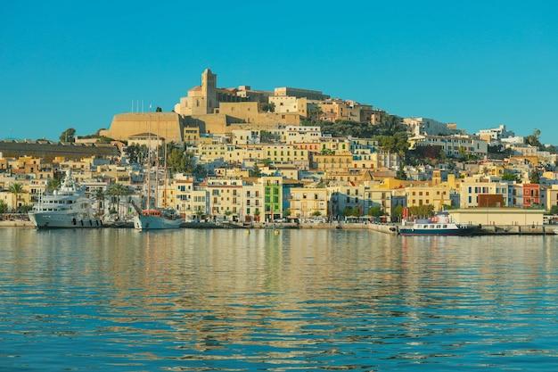 Bella città di ibiza con vista sulla città del mar mediterraneo blu al mattino
