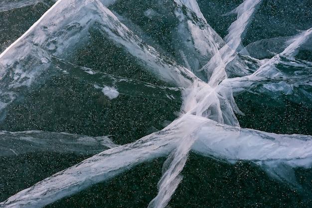 Bellissimo ghiaccio del lago baikal con crepe astratte