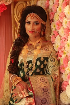 Modello di donna indù bella ragazza indiana con abito da sposa