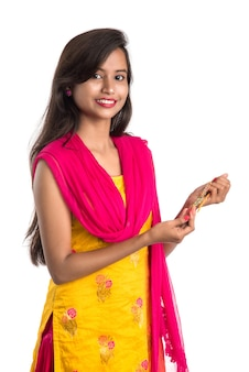 Bella ragazza indiana che mostra rakhis in occasione del raksha bandhan