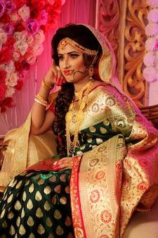 Bella ragazza indiana modello di giovane donna indù con gioielli.