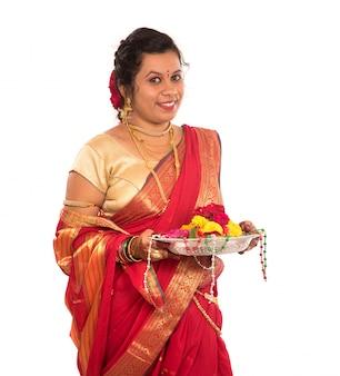 Bella donna indiana tenendo il fiore thali