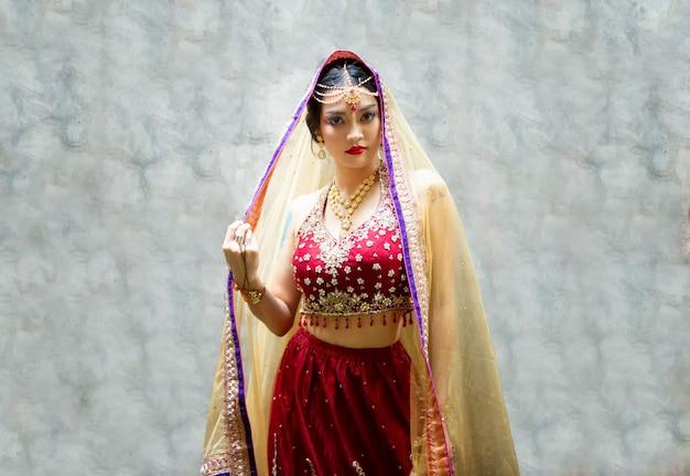 Bella donna indiana che indossa sari donna in abiti etnici indiani