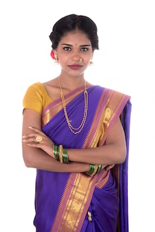 Bella ragazza indiana che posa in saree indiano tradizionale su spazio bianco.